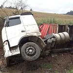 Caminhão tombou na PR 151 próximo da Serrinha e deixou motorista ferido_1
