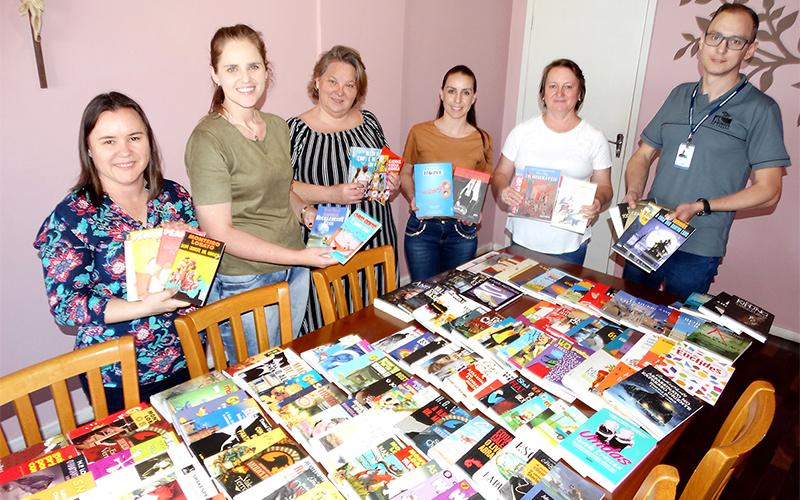 Entrega de livros pela Caminhos do Paraná à secretaria de educação_foto Moacir Guchert (1)